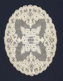 Tapetito blanco viejo con las flores Fotografía de archivo