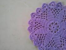 Tapetito púrpura del ganchillo Imagen de archivo libre de regalías