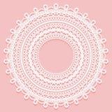 Tapetito redondo en un fondo rosado Ornamento a cielo abierto del cordón para el diseño del marco stock de ilustración