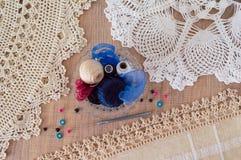 Tapetitos y fuentes para hacer punto del ganchito Foto de archivo libre de regalías