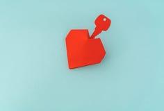Tapetuje cięcie klucz dla serca jako symbol miłość Obraz Royalty Free
