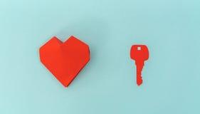 Tapetuje cięcie klucz dla serca jako symbol miłość Obraz Stock