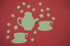 Tapetuje cięcie z teapot i filiżanek na czerwonym tle Fotografia Stock