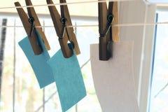 Tapetuje dla rejestrów na clothesline dołączającym z drewnianymi clothespins, białego papieru prześcieradła dla notatek fotografia royalty free