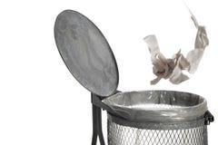 Tapetuje rzucanego w kosz na śmieci na białym tle Obraz Stock