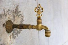 Tapez dans la mosquée bleue pour l'ablution rituelle photos stock