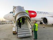 TAPEZ l'avion dans l'aéroport de Lisbonne Photos stock