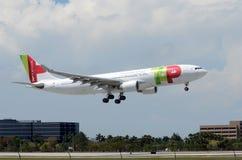 TAPEZ l'avion de passagers de Prtugal d'air arrive à Miami Photographie stock libre de droits