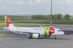 Tapez l'avion de voies aériennes du Portugal à l'aéroport Hongrie de Budapest Photos stock