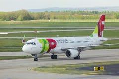 Tapez l'avion de voies aériennes du Portugal à l'aéroport Hongrie de Budapest Photos libres de droits