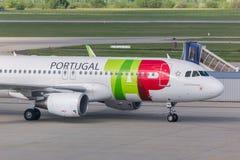 Tapez l'avion de voies aériennes du Portugal à l'aéroport Hongrie de Budapest Photographie stock