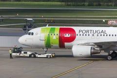 Tapez l'avion de voies aériennes du Portugal à l'aéroport Hongrie de Budapest Image libre de droits