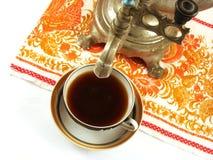 Tapez le samovar au-dessus d'une cuvette de thé Image stock
