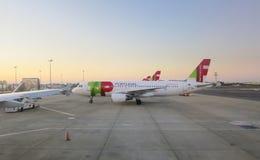 TAPEZ les avions dans l'aéroport de Lisbonne Photo stock