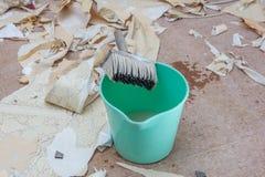Tapezieren Sie Abbau mit vielen Papier auf dem Boden Lizenzfreies Stockbild