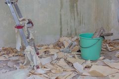 Tapezieren Sie Abbau mit vielen Papier auf dem Boden Lizenzfreie Stockfotos