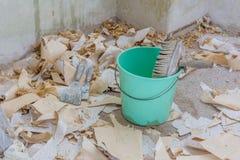 Tapezieren Sie Abbau mit vielen Papier auf dem Boden Stockbild