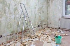 Tapezieren Sie Abbau mit vielen Papier auf dem Boden Lizenzfreie Stockfotografie