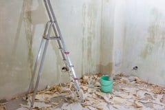 Tapezieren Sie Abbau mit vielen Papier auf dem Boden Stockfotos