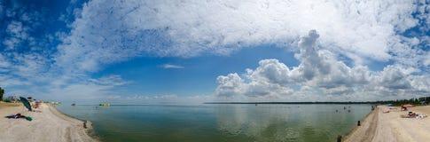 Tapezieren Sie Himmelwolkenseestrandpanorama des schönen Sommers warmes enormes in Asow-Meer Stockfoto
