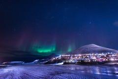 Tapezieren Sie Norwegen-Landschaftsbeschaffenheit der Berge der Gebäude-Schneestadt Spitzbergens Longyearbyen Svalbard auf einem  Stockfotos