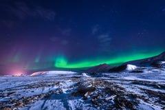 Tapezieren Sie Norwegen-Landschaftsbeschaffenheit der Berge der Gebäude-Schneestadt Spitzbergens Longyearbyen Svalbard auf einem  Lizenzfreie Stockfotografie