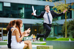 Tapferer Geschäftsmann, der über Hindernis springt Stockfotos