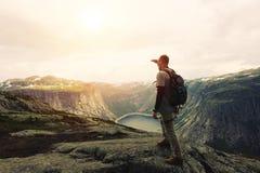 Tapferer Reisender auf die Oberseite eines Bergplateaus untersucht  Stockfotografie