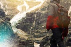 Tapferer Reisender nahe einem Gletscher Stockbilder
