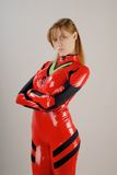 Tapferes Mädchen im roten Kostüm lizenzfreies stockbild