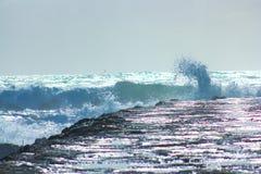 Tapferkeit des Meeres gegen die Felsen stockbilder