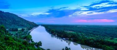 Tapi河是泰国的南部的主要河 在晚上日落全景期间 库存照片