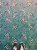 Tapijt en tennisschoenen Stock Afbeeldingen