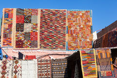 Tapijten in souks van Marrakech Royalty-vrije Stock Afbeeldingen