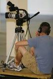 Taping del hombre con la cámara de vídeo Fotos de archivo libres de regalías