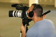 Taping del hombre con la cámara de vídeo Foto de archivo libre de regalías