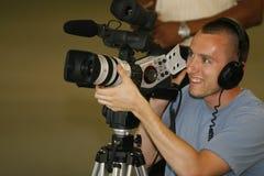 Taping del hombre con la cámara de vídeo Fotografía de archivo libre de regalías