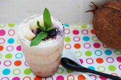 Tapiokapudding med kokosnöten mjölkar och litchiplommonfrukt Arkivbild
