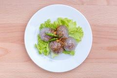 Tapiokasagobälle mit Schweinefleischfüllung dienten mit Gemüse und c Lizenzfreie Stockfotografie