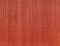 Tapis à cuire japonais au-dessus de la table en bambou Photo stock