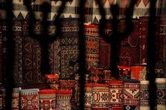 Tapis à vendre par la fenêtre barrée dans la vieille ville de Bakou, en Azerbaïdjan Photos stock