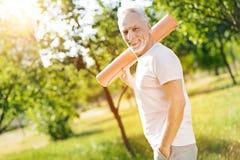 Tapis âgé gai de petit pain de participation d'homme sur l'épaule Photographie stock libre de droits