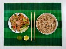 Tapis avec les nouilles de riz courtes, la viande et le riz frit Photos libres de droits