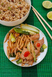 Tapis avec les nouilles de riz courtes, la viande et le riz frit Photo stock