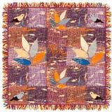 Tapis barré et à carreaux de grunge coloré avec le modèle, les oiseaux et la frange floraux Photographie stock libre de droits