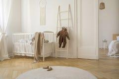 Tapis blanc sur le plancher en bois de la crèche scandinave, vraie photo image libre de droits