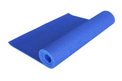 Tapis bleu de yoga d'isolement sur le blanc Photos stock
