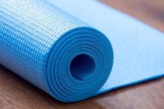 Tapis bleu plié de yoga Photo libre de droits
