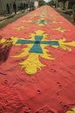 Tapis coloré de sable sur une rue à la semaine sainte photographie stock
