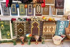 Tapis colorés à vendre dans Kairouan, Tunisie photographie stock libre de droits